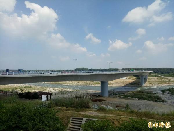 國道4號神岡交流道延伸花博聯外道路,跨越大甲溪。(記者張軒哲攝)