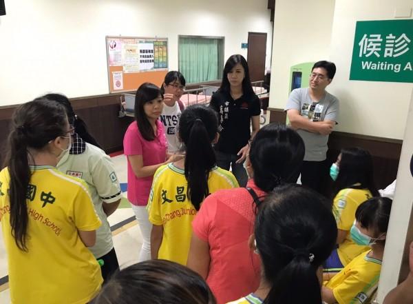 文昌國中學生出現集體食物中毒情況,議員萬美玲第一時間就到醫院急診室探視。(議員萬美玲提供)