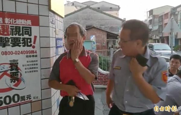 無端遭打得董姓科員(左),摀著受傷的嘴巴走進警局,要對魏明仁提告傷害。(記者陳冠備攝)