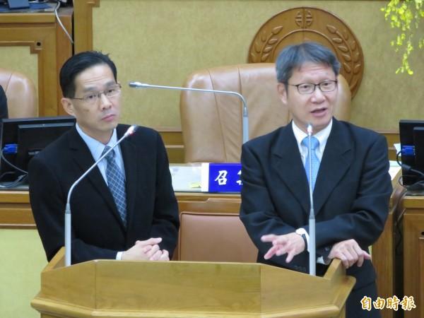 新北市議會討論「新北市電子遊戲場業管理自治條例」,副市長葉惠青(右)、經發局長張峯源說明分級管理。(記者何玉華攝)