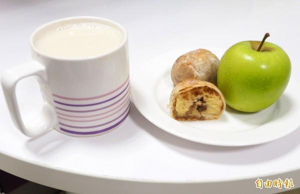 營養師建議月餅可當早餐,配無糖豆漿和蘋果,減重者熱量控制在500大卡上下。(記者陳鳳麗攝)