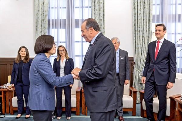 總統蔡英文昨接見「大西洋理事會」訪問團,總統期盼持續與美合作深化夥伴關係。(取自總統府網站)