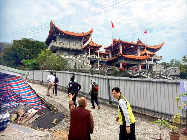 碧雲禪寺的前殿是違章建築,中間隔著鐵圍籬與被趕出去的比丘尼當鄰居。在地民眾表示,違建早該拆了。(記者顏宏駿攝)