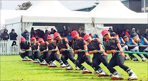 南非世界盃拔河錦標賽青少女480公斤組,南投高中女子拔河隊奪冠。(南投高中提供)