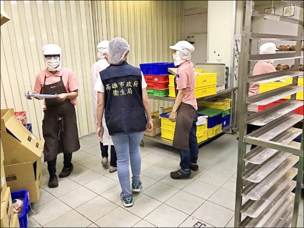 衛生局專員至烘焙工廠抽查。(記者黃旭磊翻攝)