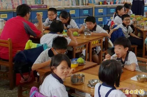 彰化縣政府恢復國中小學營養午餐全免,名稱也改稱「綠能午餐」。(記者張聰秋攝)