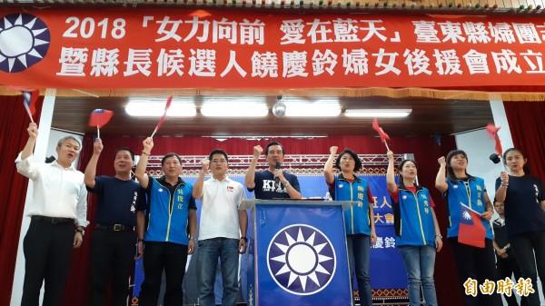 國民黨台東縣長參選人饒慶鈴(右4)今天成立婦女後援會,前總統馬英九(中)與吳俊立左3)首度同台。(記者黃明堂攝)