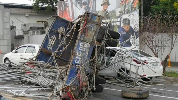 下坡的貨車先後撞到遊覽車、廂型車,最後壓到路旁兩輛車才停止。(記者劉濱銓翻攝)