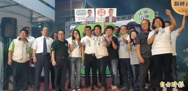民進黨台東市長參選人洪宗楷(前排左5)今晚成立競選總部。(記者黃明堂攝)