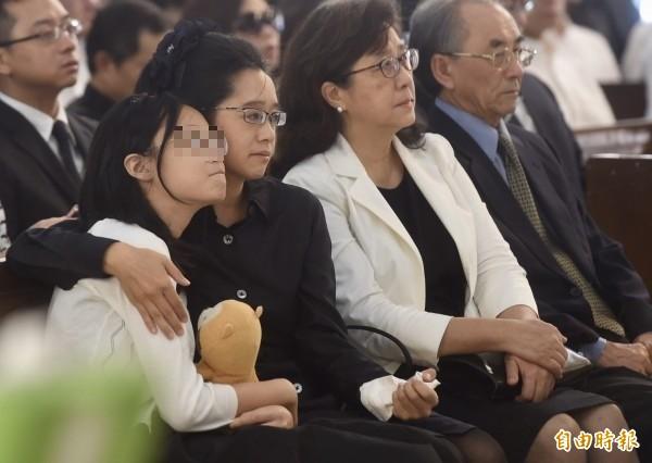 女兒與妻子陳以真(左二)送別楊偉中最後一程。(記者簡榮豐攝)
