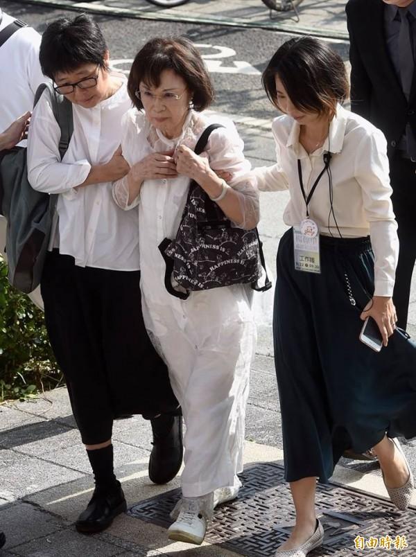 楊偉中母親曾縵雲(中)由親友陪同出席。(記者簡榮豐攝)