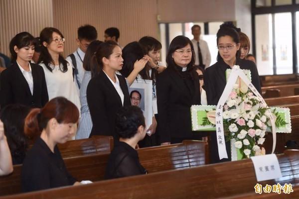 陳以真(右一)與女兒陪靈柩進入會場。(記者簡榮豐攝)
