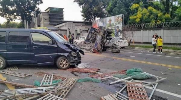 2車強烈撞擊之後,現場一片狼藉。(記者劉濱銓翻攝)