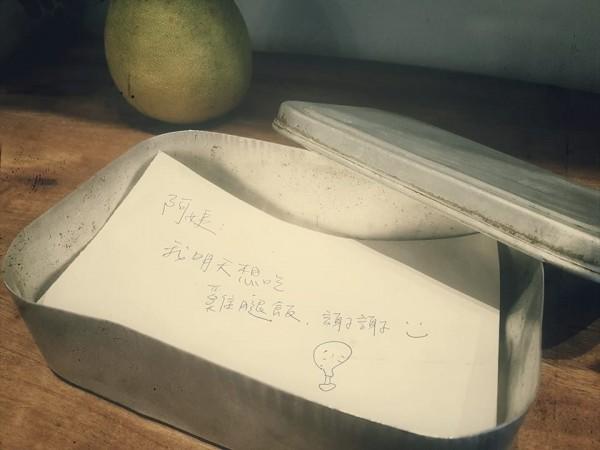 臉書上一則貼文指出,10多年前的台東市區國、高中生們,都靠著便當盒裡的「小紙條」向營養午餐的廠商點餐。(圖擷取自台東製造臉書粉絲專頁)