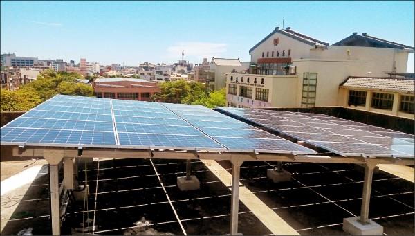 設置在花蓮高農頂樓的太陽能光電板,1年估可發電1百萬度。(花蓮高農提供)