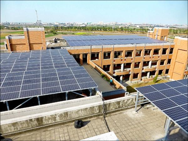 國立雲林特殊教育學校設太陽能板造電。(圖由教育部提供)