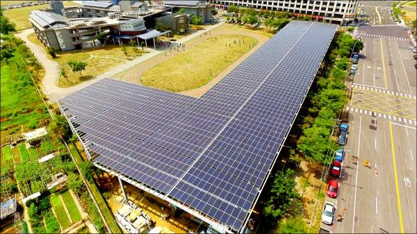 高雄鳳翔國中設置全國首座太陽能風雨球場。(高雄市教育局提供)