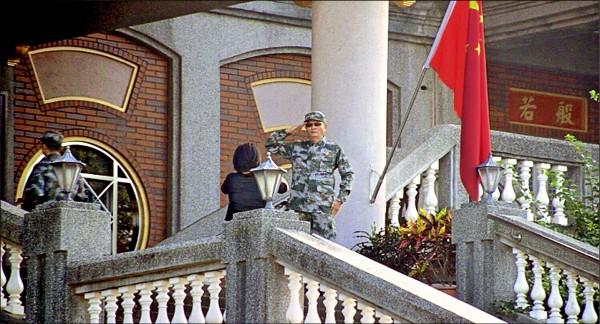 魏明仁交保後又回到「五星共產寺」主持升旗,偶爾用望遠鏡觀看隔壁的鐵皮屋「碧雲禪寺」。 (記者顏宏駿攝)
