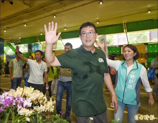 民進黨台北市長參選人姚文智昨前往建國假日花市拜票,爭取民眾支持。(記者方賓照攝)