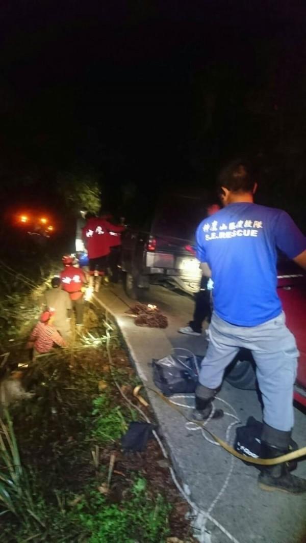 救難人員以背板、繩索將連人帶車墜谷受傷的登山客拉上道路。(圖由神鷹山區搜救隊提供)