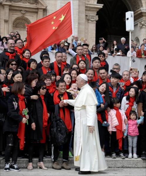 教宗方濟各今年四月在梵蒂岡聖伯多祿廣場接見中國教徒。(美聯社檔案照)