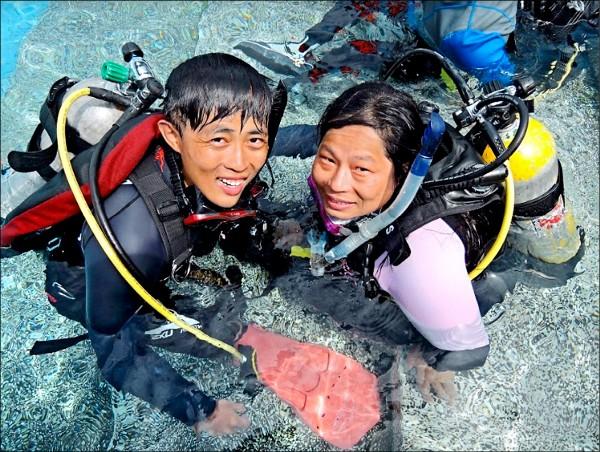 蔡佩玉(右)與教練洪啟堯(左)進行潛水訓練。(蔡佩玉提供)