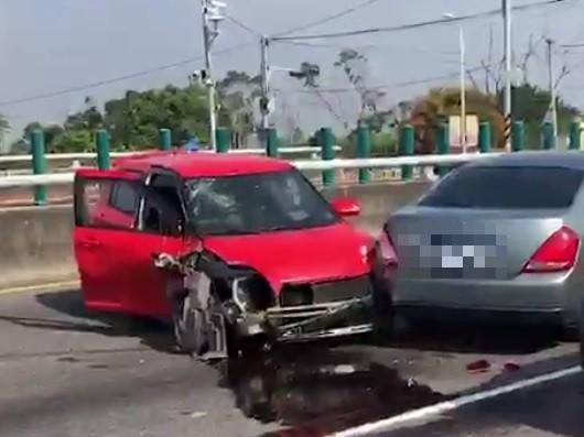 彰139線與台74甲線路口,發生3車意外,紅色自小客車撞上白色休旅車,再撞上前方的自小客車。(記者劉曉欣翻攝)