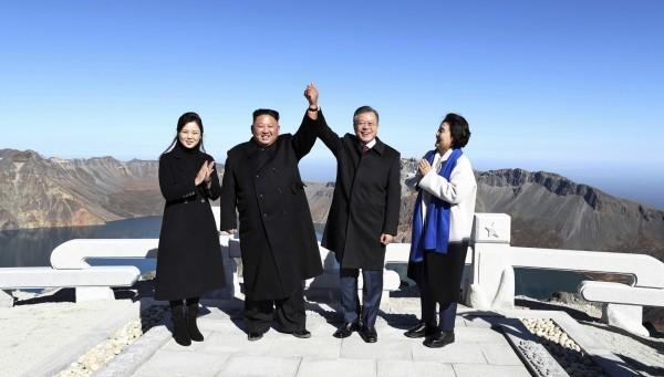 北韓領導人金正恩與南韓總統文在寅20日登上北韓國境內的長白山,共同眺望天池景致。(美聯社)
