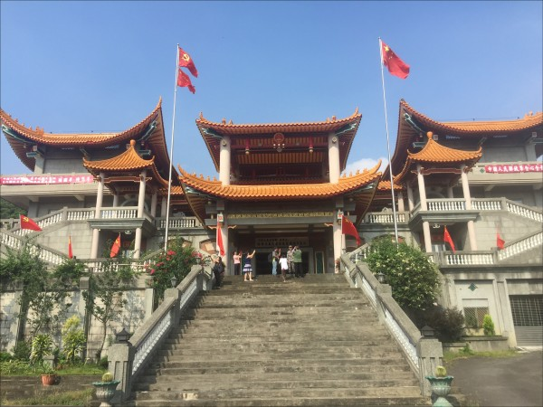 彰化縣長魏明谷強調,「五星共產寺」全是違建,要拆到不留一磚一瓦。(記者劉曉欣翻攝)