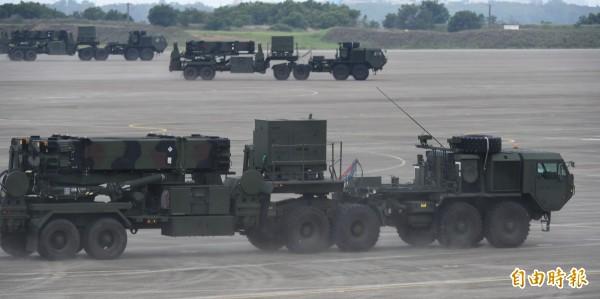 空軍防空暨飛彈指揮部近期以全兵力規模,在清晨道路人車少時,讓愛國者3型防空飛彈車隊離開駐地、推進到野戰陣地,並實地模擬接戰。圖為愛國者飛彈。(資料照)