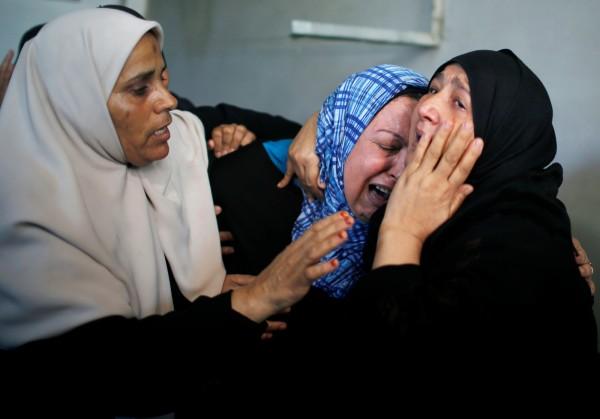 死者Imad Ishtawi的家屬在葬禮上難過痛哭。(路透)