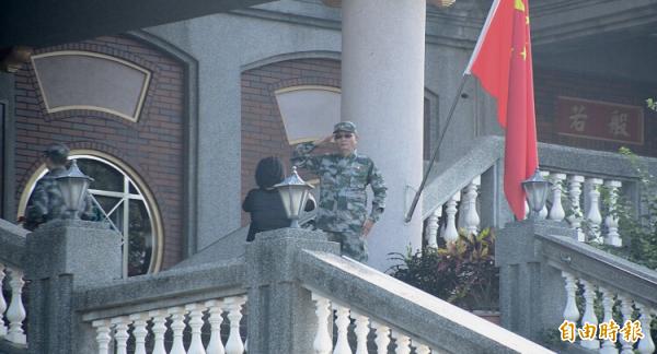 「共產五星寺」最後一次升旗。(記者顏宏駿攝)