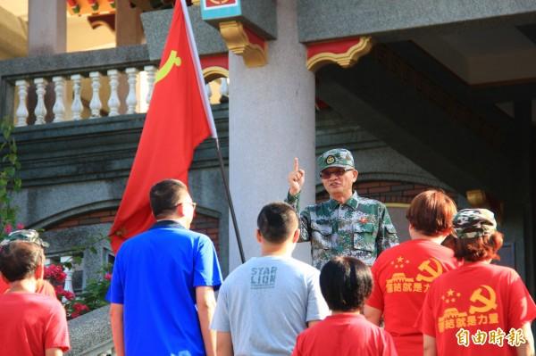 魏明仁對升旗群眾精神喊話。(記者陳冠備攝)