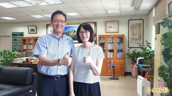 彰化師範大學特教系畢業的魏香婷(右)獲獎,校長李重毅(左)讚譽有加。(記者廖淑玲攝)