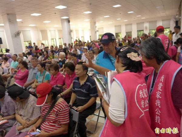 侯友宜、林國春「板橋市民站出來」造勢宣傳,「愛家公投」也來了。(記者李雅雯攝)