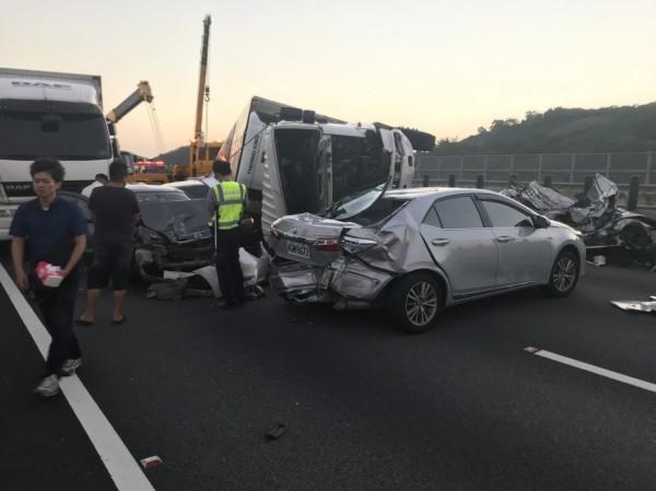 國道3號連環車禍,造成車輛回堵。(記者鄭名翔翻攝)