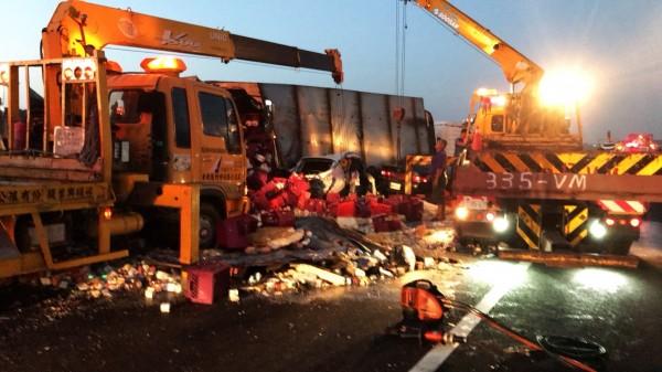 消防隊出動大型吊掛車輛加快搶救。(記者鄭名翔翻攝)