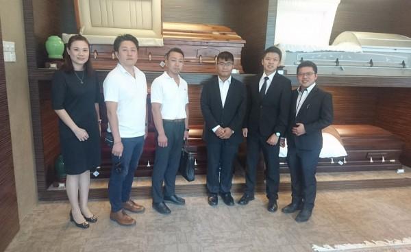 朝陽科大管理學院推動國際體驗學習,企管系楊舜傑(左2)、張只良(左3)安排到馬來西亞參訪殯葬公司。(記者陳建志翻攝)