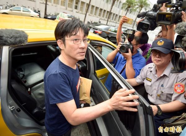 歌手江明學被查獲攜安非他命,移送台北地檢署複訊,檢方訊後限制住居並請回。(記者黃耀徵攝)