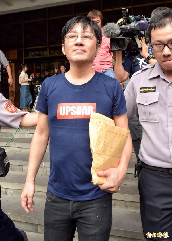 歌手江明學25日凌晨駕車遭警方攔檢,查獲安非他命毒品,依毒品罪嫌移送台北地檢署複訊,檢方訊後限制住居並請回。(記者黃耀徵攝)