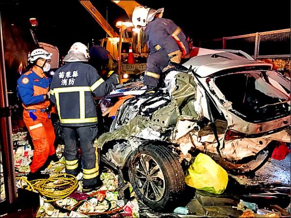 國道三號昨傍晚10車追撞,消防隊員搶救受困傷患。 (記者鄭名翔翻攝)
