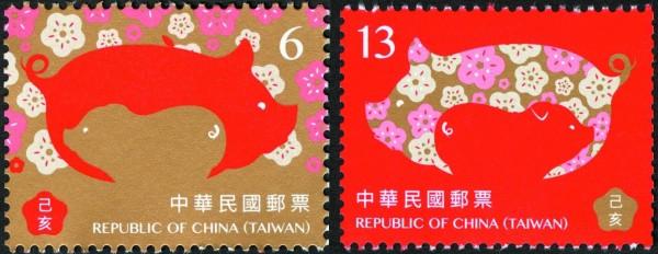 豬年郵票以剪影搭配滿版填色構圖,並用梅花、金色、紅色營造新年氣氛。(中華郵政提供)