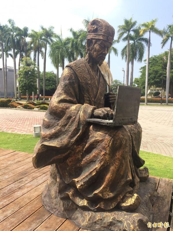 孫柏峰「諸葛孔明打電腦」的雕塑作品,趣味橫生。(記者蘇福男攝)