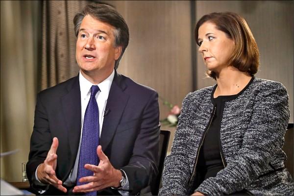 美國最高法院大法官提名人卡瓦諾(左),廿四日偕妻艾希禮(右)接受「福斯新聞頻道」專訪,澄清卡瓦諾學生時代性侵疑雲。(美聯社)