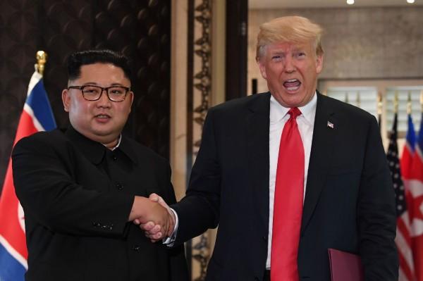 美國總統川普和北韓領導人金正恩今年6月12日在新加坡舉行兩國首次峰會。(法新社)