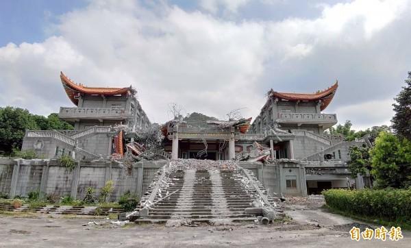 「五星共產寺」正面二樓正殿已遭拆除。(記者陳冠備攝)
