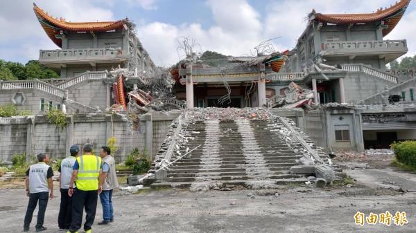 彰化縣政府建設處與施工人員研議拆除重點。(記者陳冠備攝)