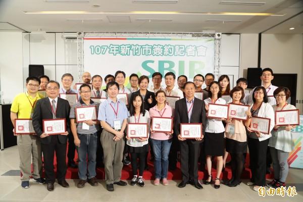 新竹市政府補助在地中小企業的創新補助計劃SBIR,今年有27家廠商獲補助,且超過9成獲90萬元的補助,最高有7家獲100萬元補助。(記者洪美秀攝)