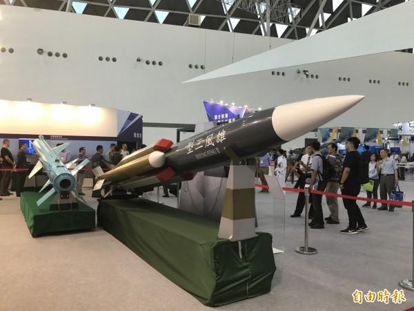 中科院在高雄國際海事展中展出雄三飛彈(右)及雄二飛彈(左)。(記者洪臣宏攝)