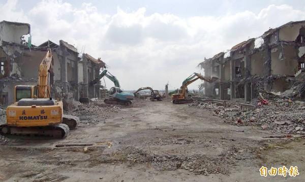 拆除人員趕工下,前方正殿已全數夷平,兩側廂房入夜前將全部拆除。(記者陳冠備攝)